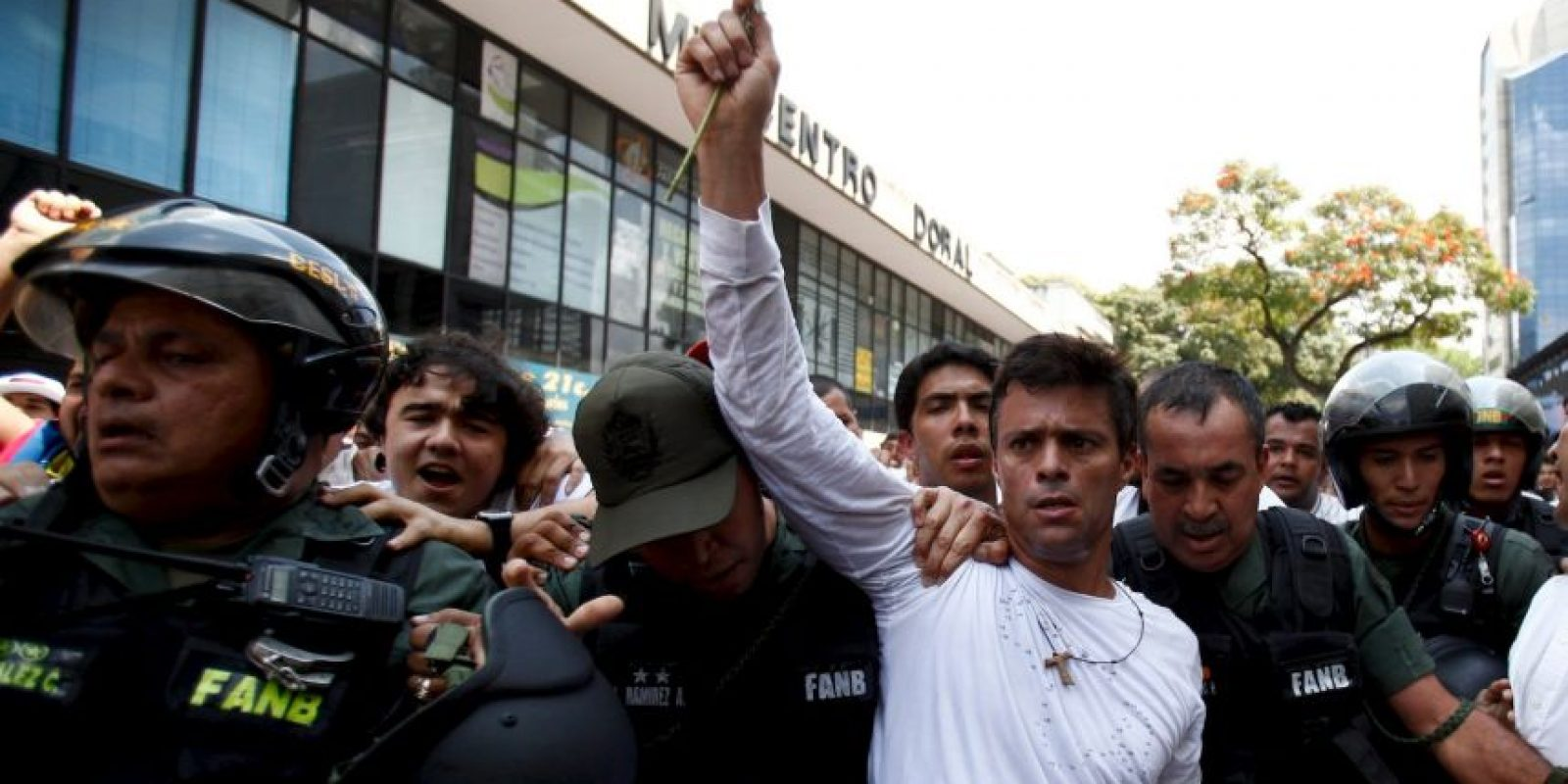 Leopoldo López hizo críticas y protestas hacía el gobierno de Venezuela, ocasionando que se le considerada como delincuente. Foto:AP
