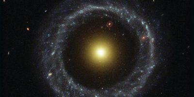 6.- Un anillo casi perfecto de estrellas azules calientes giran sobre el núcleo amarillo de una galaxia inusual conocida como Objeto de Hoag, que se encuentra a 600 millones de años luz de la Tierra. Foto:Hubble