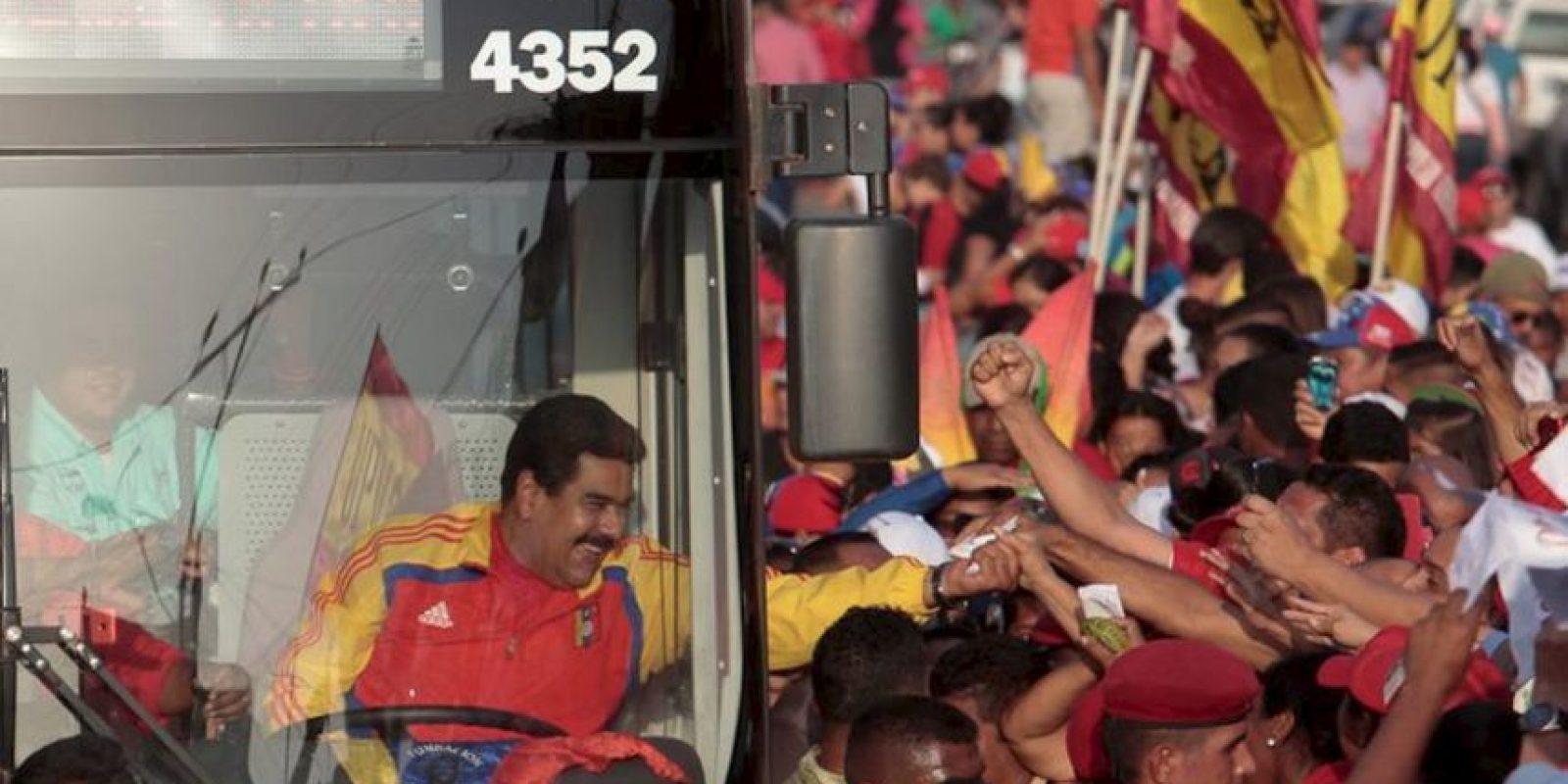 En la fotografía se ve el mango que le lanzaron al presidente Nicolás Maduro durante su recorrido en la inauguración de la segunda etapa de la vía La Costarena en Anzoátegui Foto:Vía Twitter @PrensaPresidenciaVe