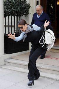 Para su fortuna, Salma pudo evitar la caída Foto:Grosby Group