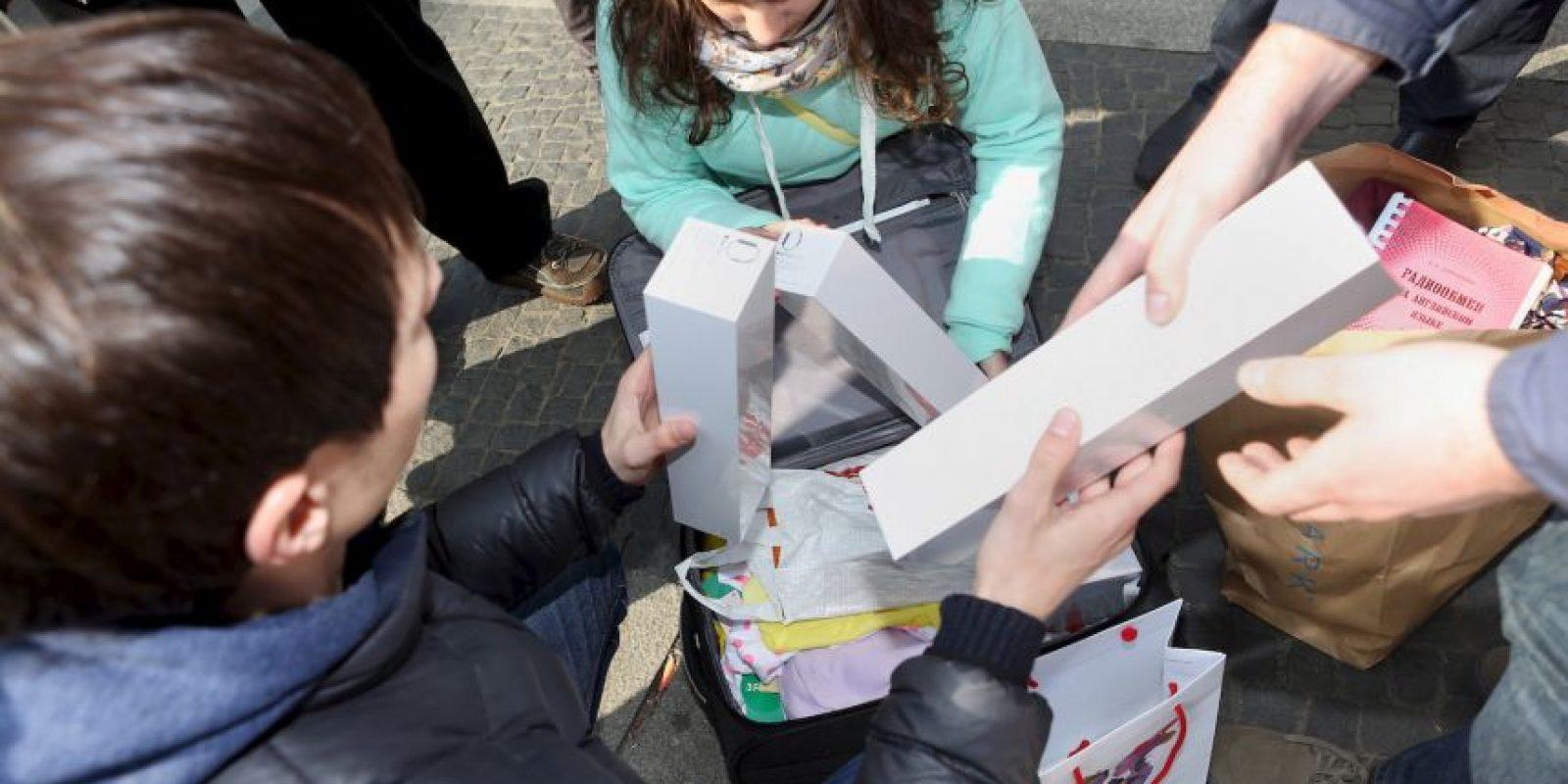 Repartiendo el dispositivo. Berlín, Alemania Foto:Getty Images