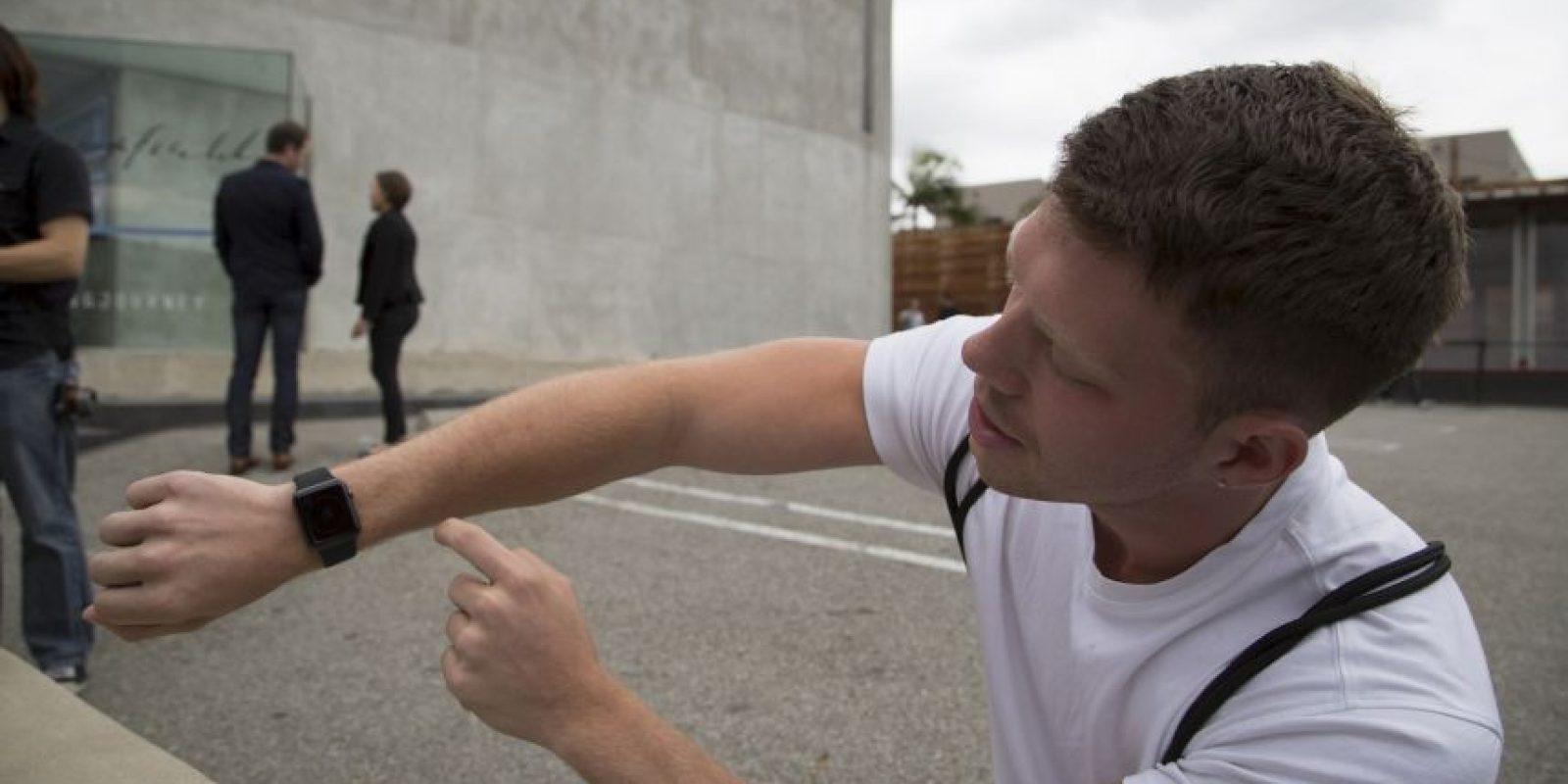 Este hombre muestra su nueva adquisición. Foto:Getty Images