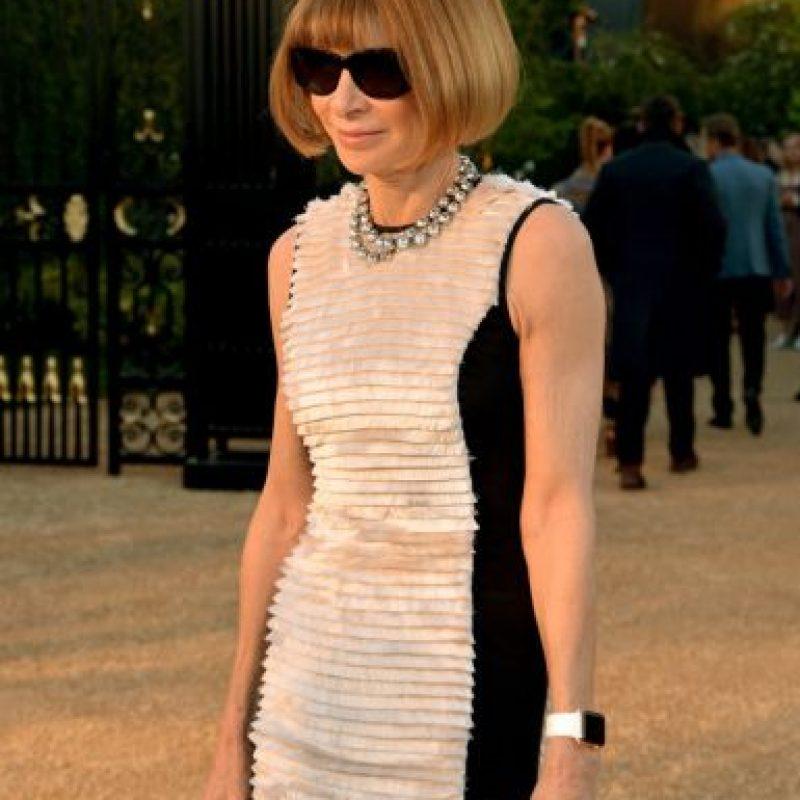 """Anna Wintour es escritora, periodista y directiva británica que ejerce como editora jefa de la edición norteamericana de la revista """"Vogue"""". ¿Notan lo que tiene en la muñeca?. Foto:Charley Gallay"""