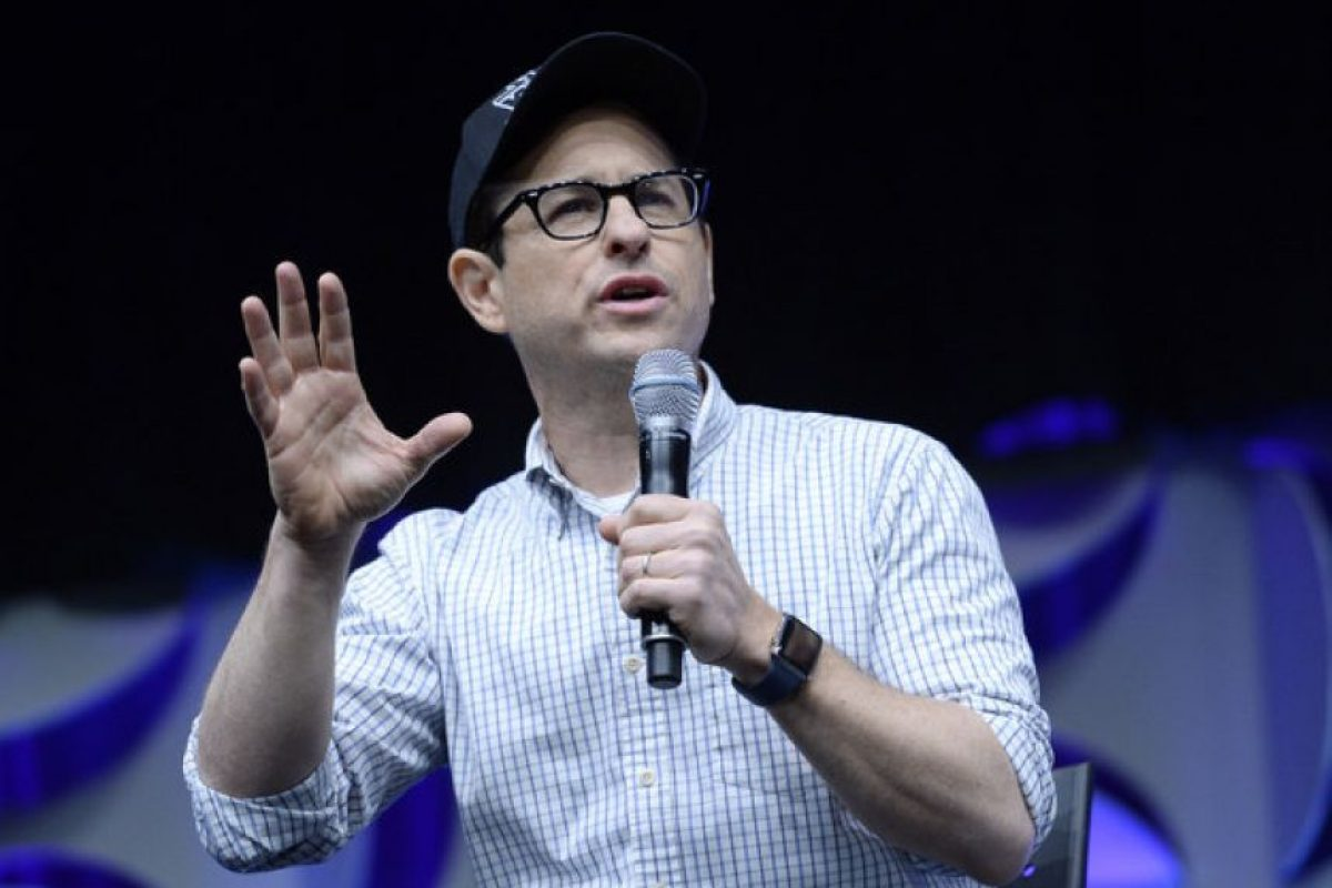 "J.J. Abrams. Escritor, productor, actor, director y compositor de cine y televisión estadounidense. Se le sorprendió con el iWatch en el evento ""Star Wars Celebration"". Foto: Getty Images"
