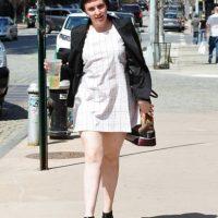 Lena Dunham no ha tenido, no tiene ni tendrá arreglo posible en la vida. ¿Alguien le dijo que usar su uniforme de kindergarden era un crimen visual? Foto:vía Getty Images