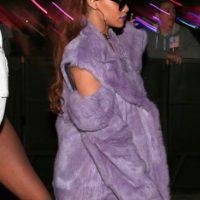"""No, Rihanna: matar a tu sofá no te hace más cool. De hecho, pareces una combinación entre Whoopi Goldberg en """"Ghost"""" y los looks """"homeless"""" de Mugatu. Foto:vía Getty Images"""