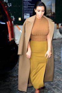 Kim no. El color camello, mas el mostaza te hacen ver como una fritura gigante con grandes pechos. Foto:vía Getty Images