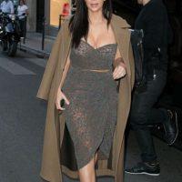 Kim, por más que nos quieras vender la idea de que tienes estilo, que lo refinaste y todo eso, siempre saldrá la Kim que habita en tí. La de faldas lápiz, crop tops y materiales que lucen baratos. Foto:vía Getty Images