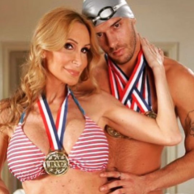 Saltó a la fama por ser la novia del nadador olímpico Michael Phelps. Nació con intersexualidad, es decir con genitales masculinos y femeninos. Foto:Twitter