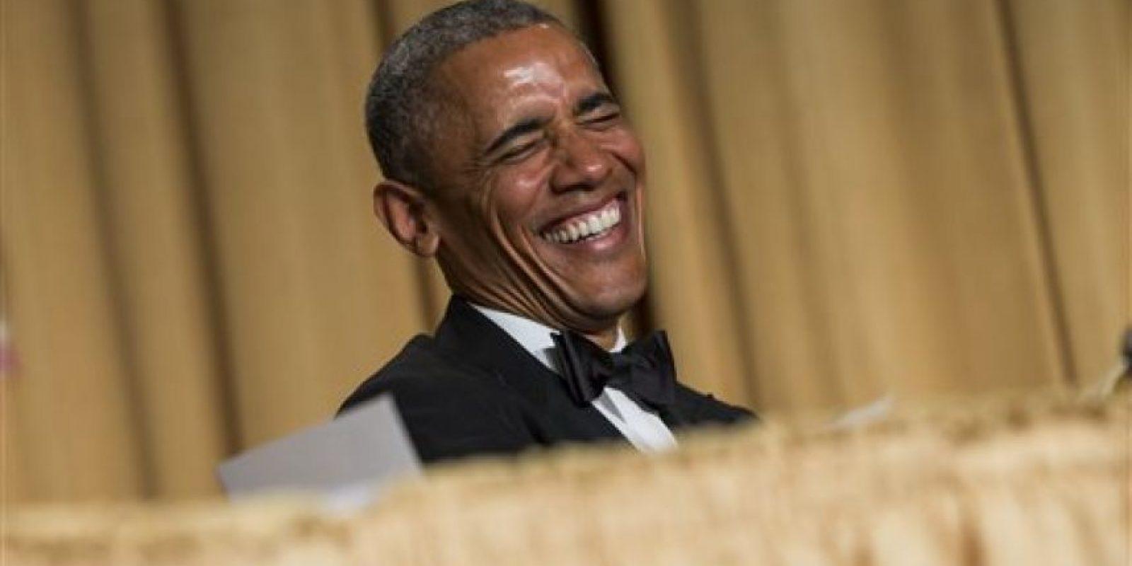 """""""Ser presidente nunca es fácil"""", continuó. """"Todavía tengo que arreglar la inmigración, emitir algunos vetos y negociar con Irán… y todo eso mientras encuentro tiempo para rezar cinco veces al día"""", ironizó, pues lo siguen tachando de musulmán. Foto:vía AP"""