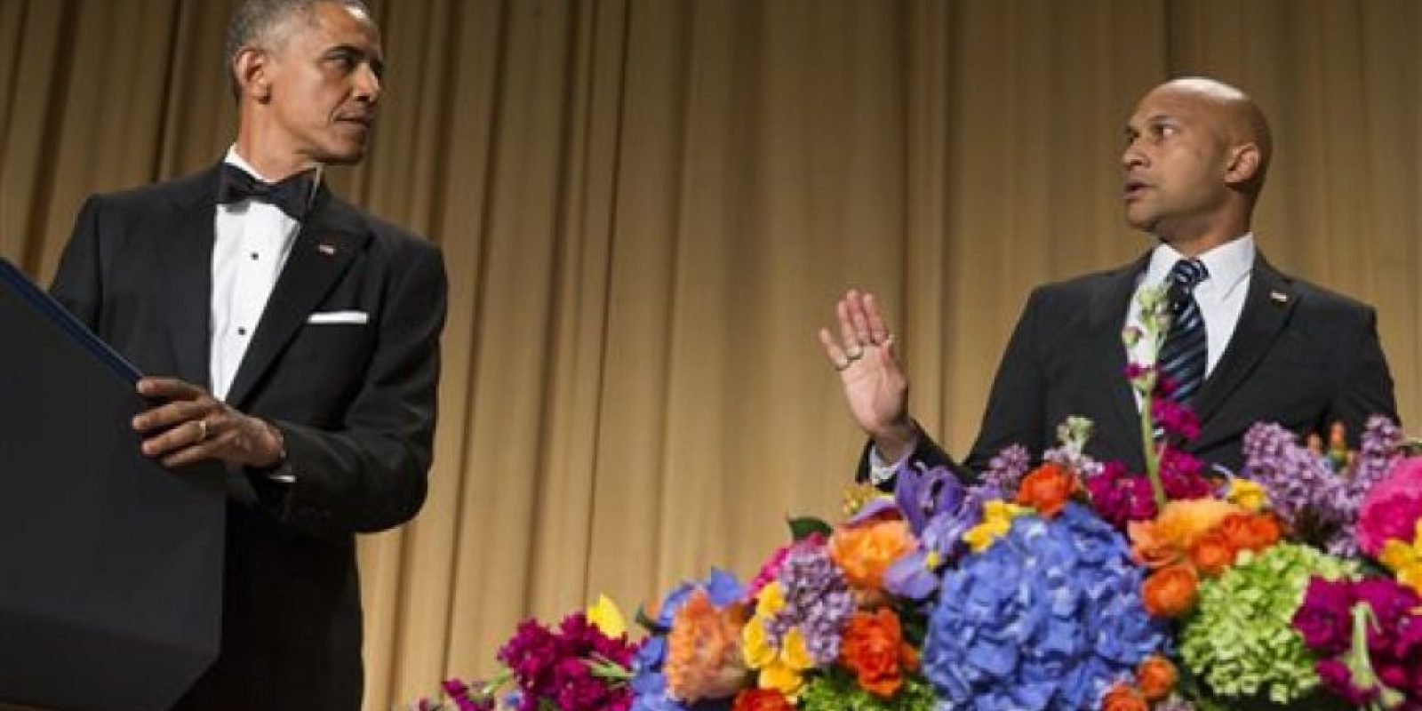 Presentó a Joe Biden abatiendo un dron con un bate de béisbol y a John McCain como espantapájaros en la entrada de la Casa Blanca. Foto:vía AP