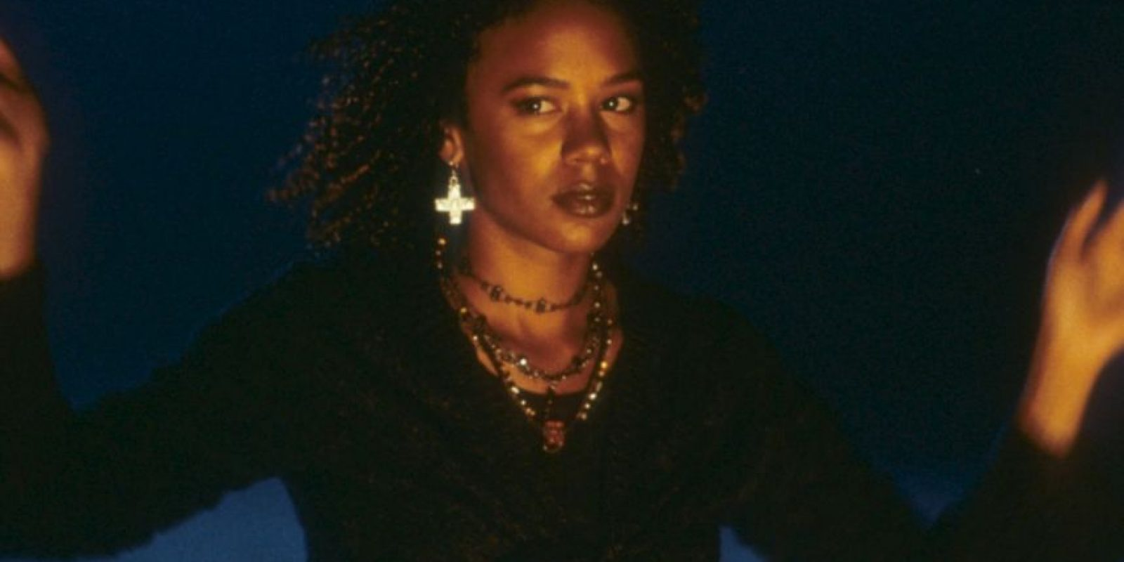 """Rachel True era """"Rochelle"""", la única afroamericana del instituto. Era atacada por """"Laura Lizzie"""" por lo mismo. Foto:vía Columbia Pictures"""