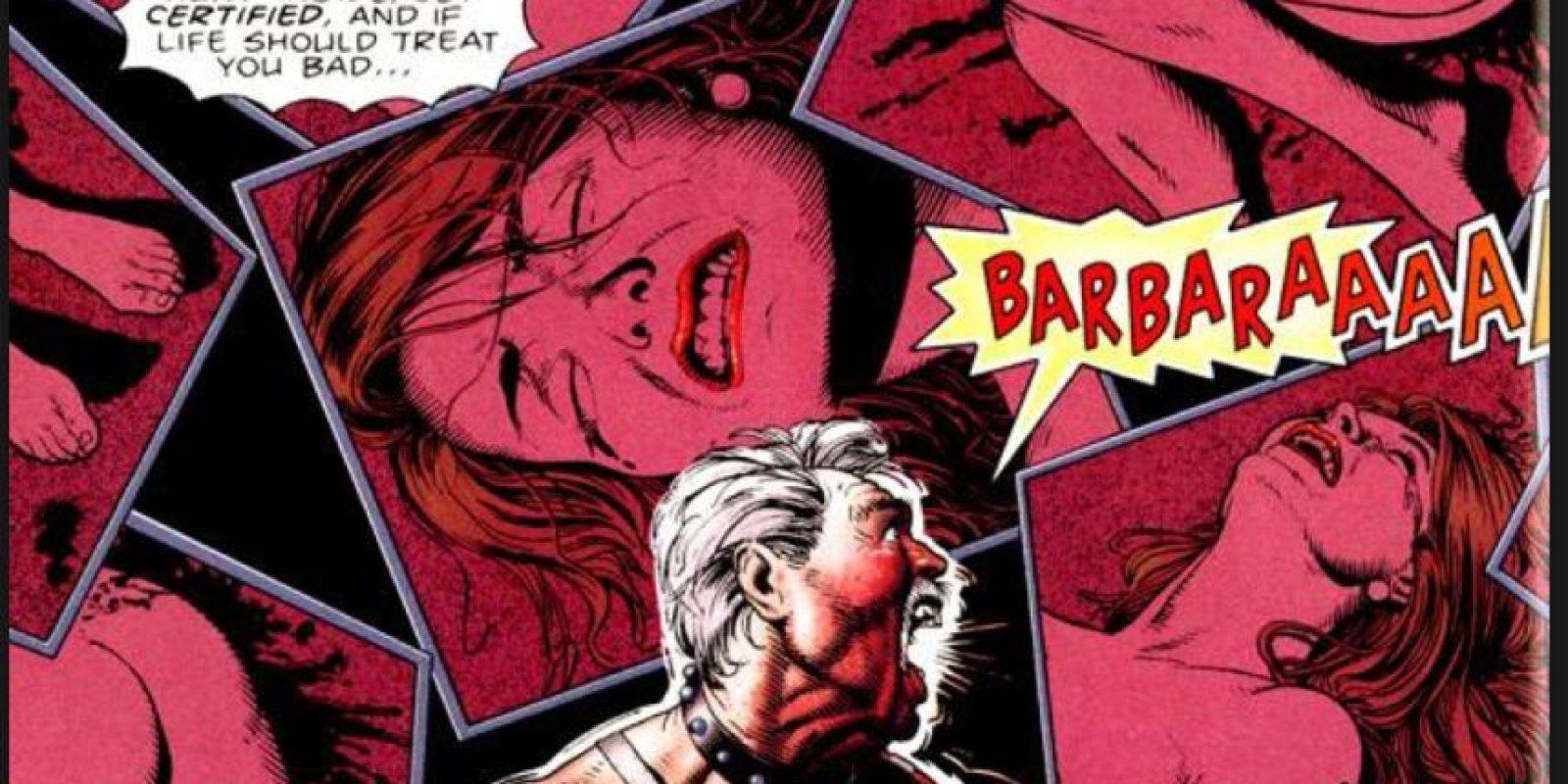 … y la viola al frente de él. Es uno de los episodios más fuertes de su historia. Foto:vía DC Cómics.