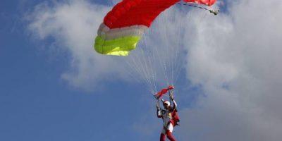 VIDEO: Modelo de Playboy cambió las revistas por el paracaidismo