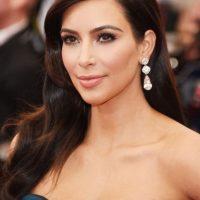 La socialité confesó al sitio Newser, que su hermana, Kourtney Kardashian, siempre se burló del tamaño de sus pechos. Foto:Getty Images