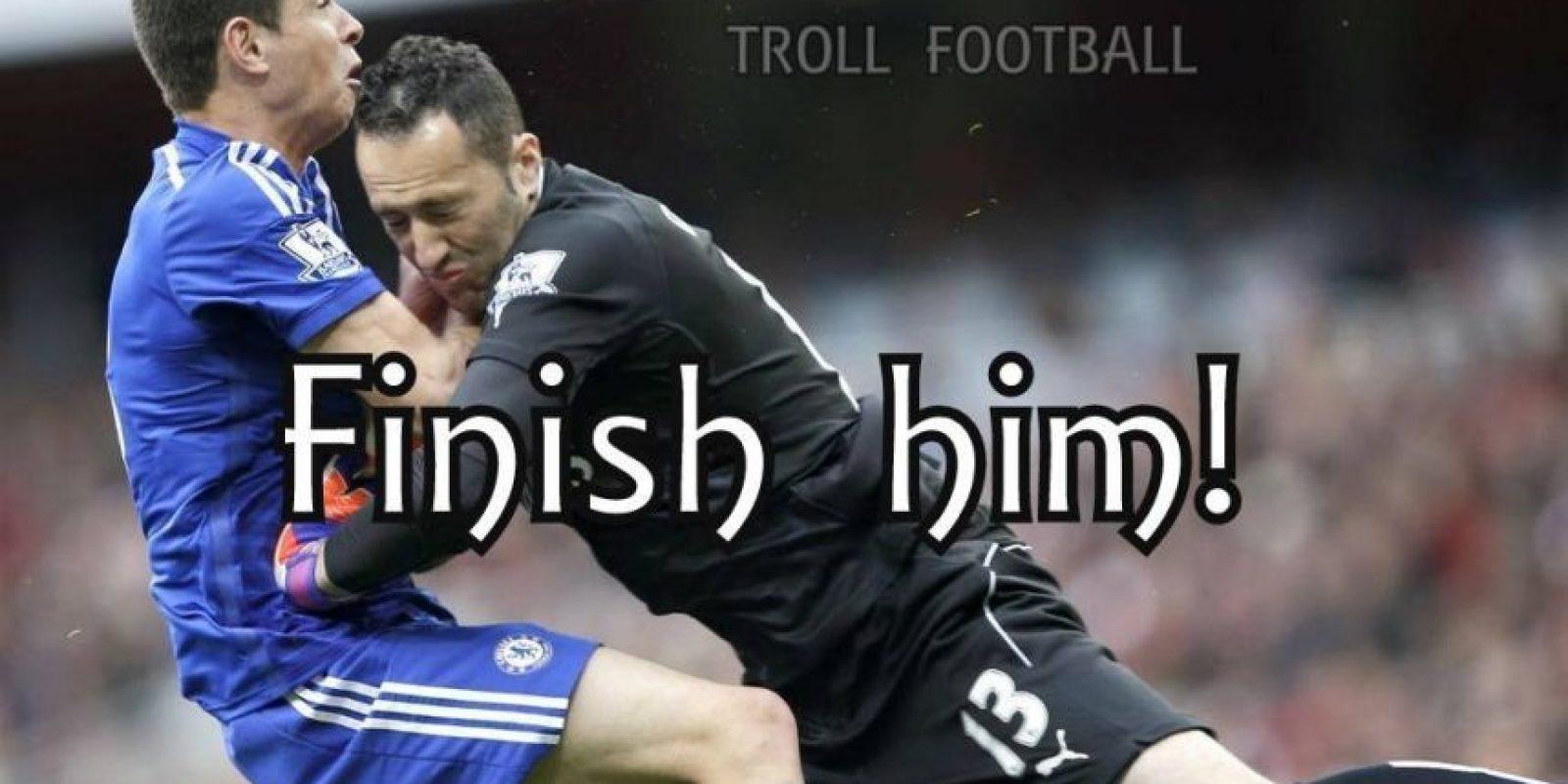 Oscar anticipó en la jugada a Ospina y el arquero no pudo quitarle la pelota, pero se lo llevó por delante. Foto:Vía Twitter.com/troll__football