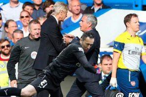 """… y hasta le demostró su """"cariño"""" a Jose Mourinho, entrenador de Chelsea. Foto:Vía Twitter.com"""