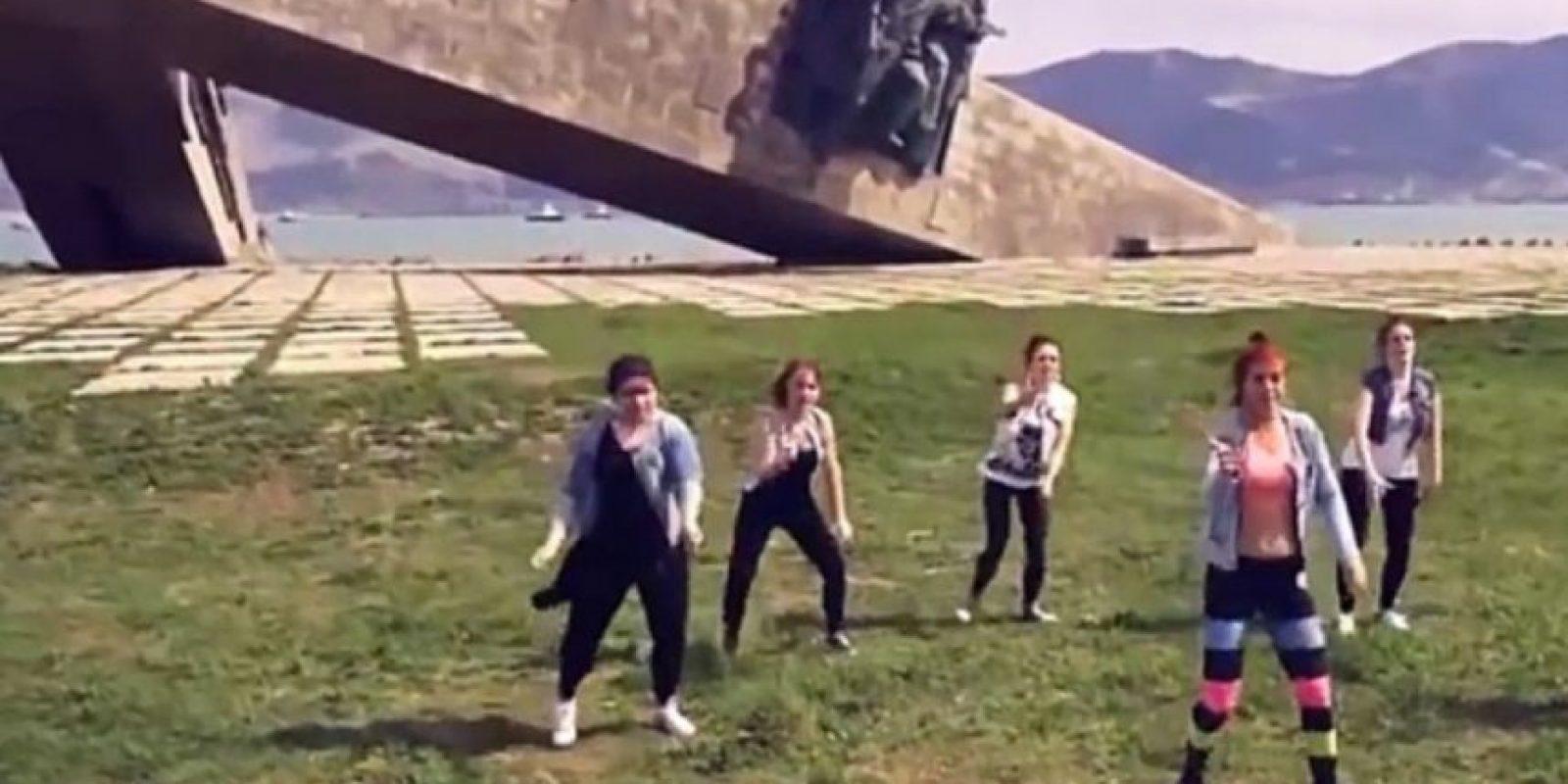 """Tres mujeres serán encarceladas de 10 a 15 días por hacer """"twerking"""" frente a un monumento de la Segunda Guerra Mundial en Novoryssisk. Foto:vía Youtube/iii766"""