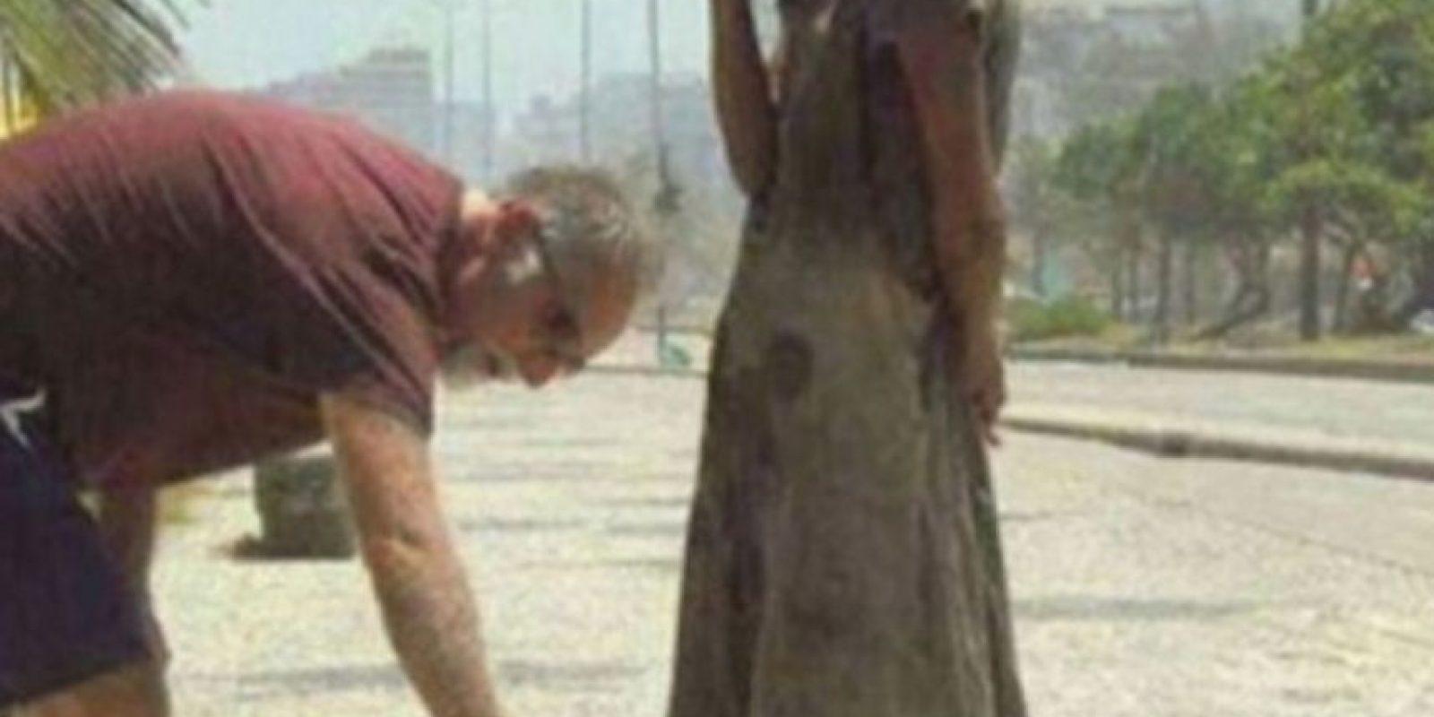 Este hombre da sus zapatos a una desposeída en Río. Foto:vía Tumblr