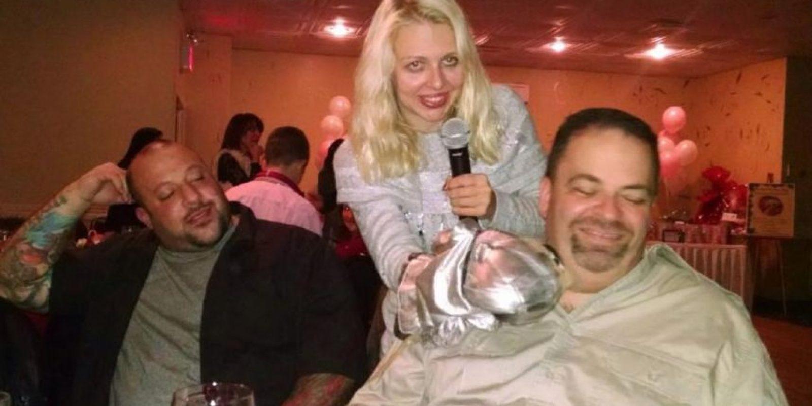 """""""Yo soy de los títeres"""", le dijo a su novio. Foto:Vía Facebook.com/april.brucker"""