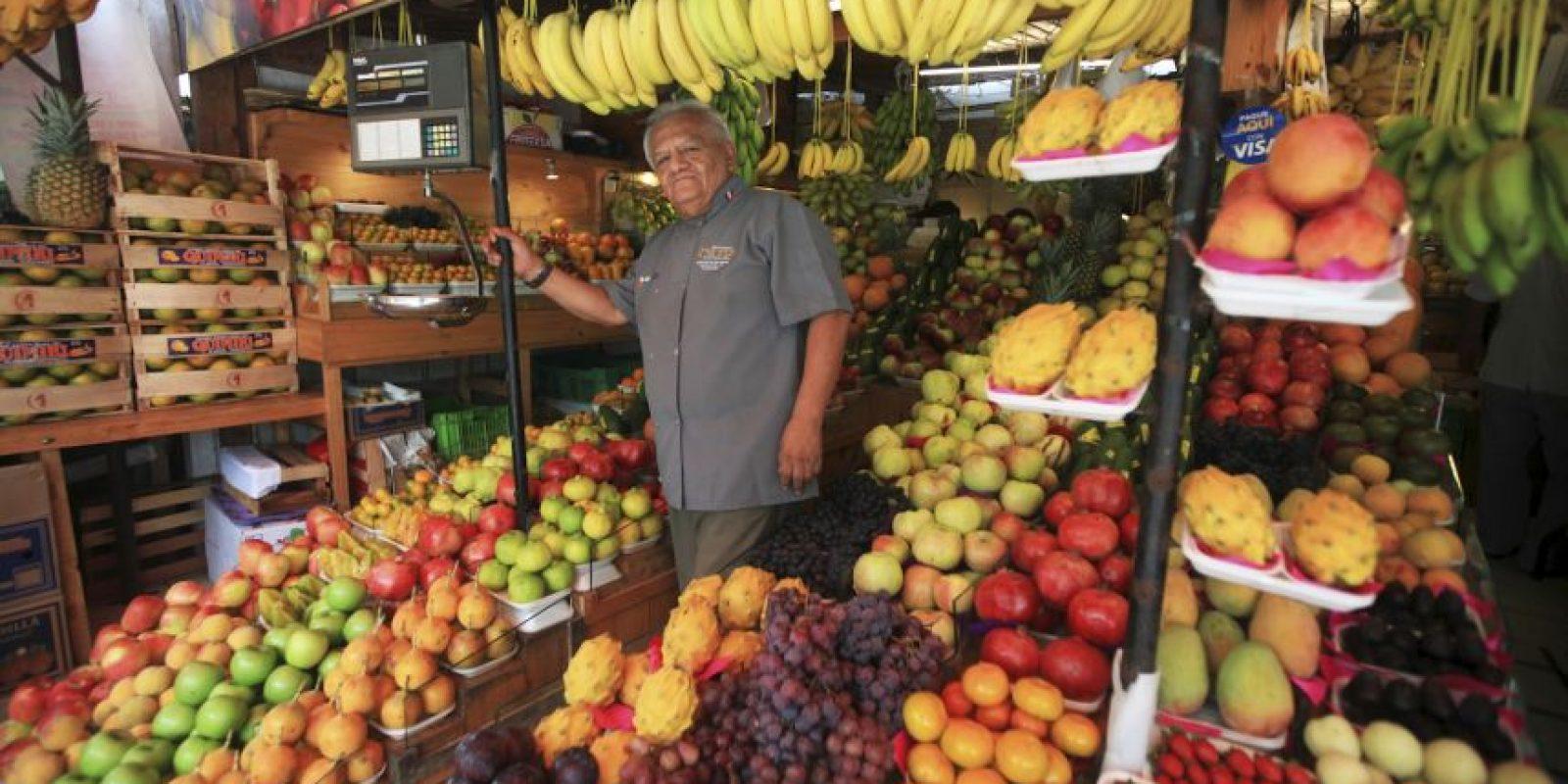 ¿Quiere preparar una ensalada de frutas? Don Pedro Ortiz le ofrece 200 variedades en su puesto del Mercado de San Isidro. Foto:Sengo Pérez
