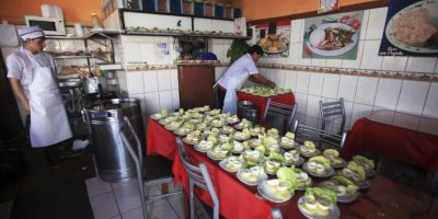 ¡Listo el almuerzo! Salen las papas a la huancaína en Surquillo. Foto:Sengo Pérez