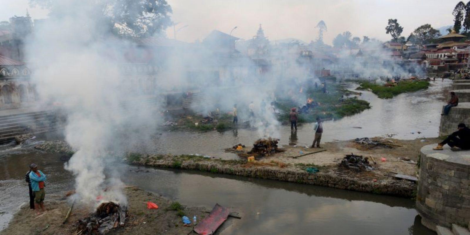 Las personas llevan a cabo las cremaciones sin seguir los pasos adecuados de los rituales tradicionales. Foto:AFP