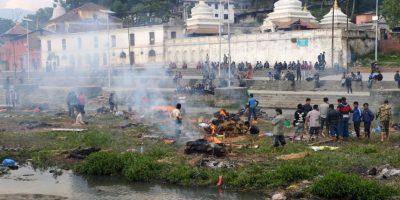 """Las llamas se elevan desde la quema de """"ghats"""" funerarias durante la cremación de las víctimas del terremoto. Foto:AFP"""