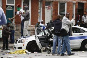 4. 144: vehículos fueron incencidados durante las protestas por la muerte de Freddie Gray. Foto:AFP