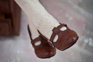Zapatos de tacón alto: Herman Boerhaave, médico holandés que existió presumiblemente en el siglo XVII, tomó la piel de un ejecutado y lo convirtió en unos zapatos. Sus pezones quedaron arriba. Foto:vía Wikimedia