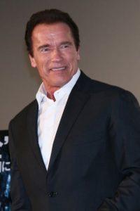 """Antes de su carrera política en el estado de California, era mundialmente conocido como """"Terminator"""", pero antes de toda su fama, Arnold se tomó unas fotografías desnudo para una revista. Las cuales un portal de Internet buscaba comprarlas en 150 mil dólares. Foto:Getty Images"""