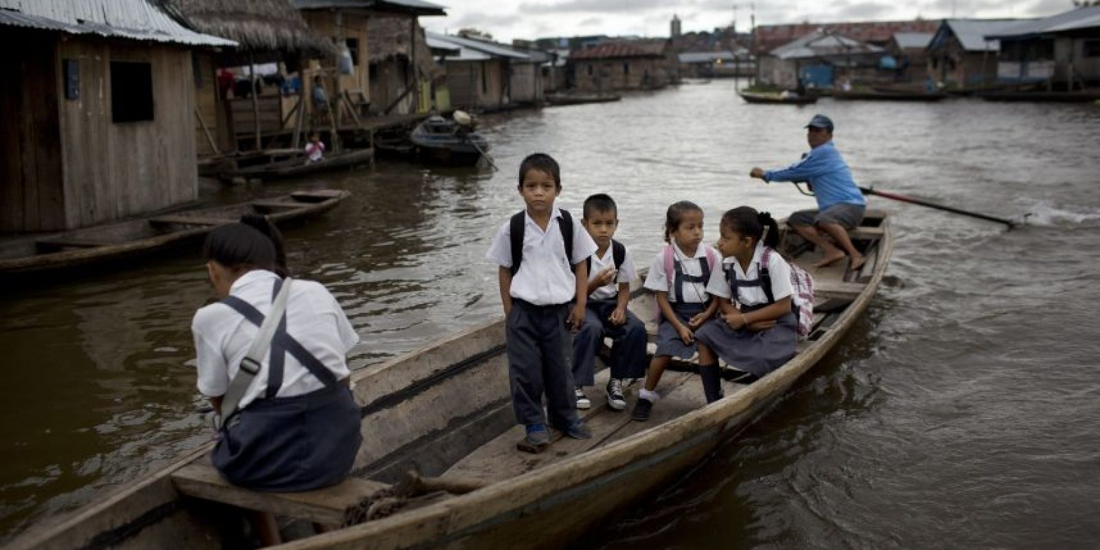 """En esta imagen del 20 de abril de 2015, estudiantes llegan en bote a la escuela de San Francisco en Belén, una empobrecida comunidad peruana conocida como """"Venecia de la jungla"""" en Iquitos, Perú. La población vive la mitad del año inundada, con canoas en lugar de taxis motocicleta como medio de transporte preferido. Los jóvenes nadan en los mismos lugares donde jugaban al fútbol los otros seis meses del año. Foto:AP/ Rodrigo Abd"""