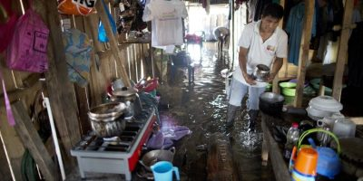 """En esta imagen del 19 de abril de 2015, Máximo Sangama prepara la comida para sus cuatro hijos ensu vivienda inundada en Belén, una empobrecida comunidad peruana conocida como """"Venecia de la jungla"""" en Iquitos, Perú. Las viviendas aquí se construyen tres metros por encima del suelo, sostenidas por postes, de madera de la jungla, aunque algunas se inundan de todos modos cuando se desborda el río Itaya en la estación de lluvias. Foto:AP/ Rodrigo Abd"""
