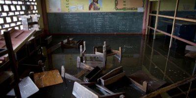 """En esta imagen del 20 de abril de 2015, bancos flotando en un aula dentro de la escuela de San José, inundada debido a las crecidas del río ITaya, en Belén, una empobrecida comunidad peruana conocida como """"Venecia de la jungla"""" en Iquitos, Perú. Esta """"Venecia amazónica"""" atrae muchos turistas, que llegan en bote durante la estación de lluvias, pero la comunidad es mucho menos pintoresca para los que viven allí. Foto:AP/ Rodrigo Abd"""