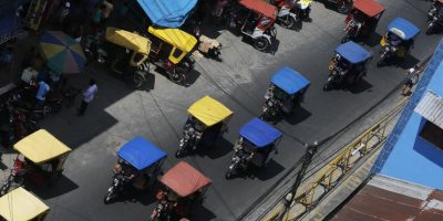 """En esta imagen del 20 de abril de 2015, taxis motocicleta por una calle de mercado en Belén, una empobrecida comunidad peruana conocida como """"Venecia de la jungla"""" en Iquitos, Perú. Muchos vecinos trabajan en un mercado en una zona cercana que nunca se inunda, vendiendo pescado que atrapan en el río. Foto:AP/ Rodrigo Abd"""