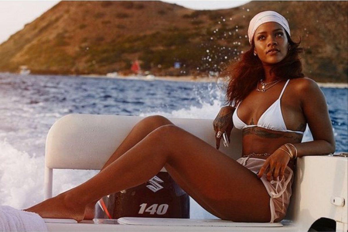 Rihanna lució un diminuto bikini blanco durante la sesión fotográfica Foto:Instagram/badgalriri