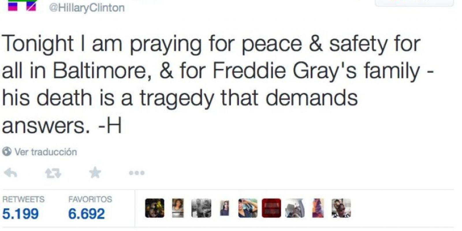 """""""Esta noche estoy rezando por la paz y la seguridad de todos en Baltimore y por la familia de Freddie Gray. Su muerte es una tragedia que demanda respuestas"""" Foto:Twitter.com/HillaryClinton"""