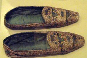 """Slippers: en 1633, el rey Luis XIII fundó el """"Gabinete Du Roi"""", donde coleccionaba objetos raros. En el diccionario escrito por Valmont de Bomare se narra que Pierre Sue donó estos slippers hechos con piel de pezones de mujer. Foto:vía Palacio de Versalles"""