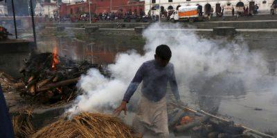 Nepalíes se despiden de sus familiares en cremaciones masivas