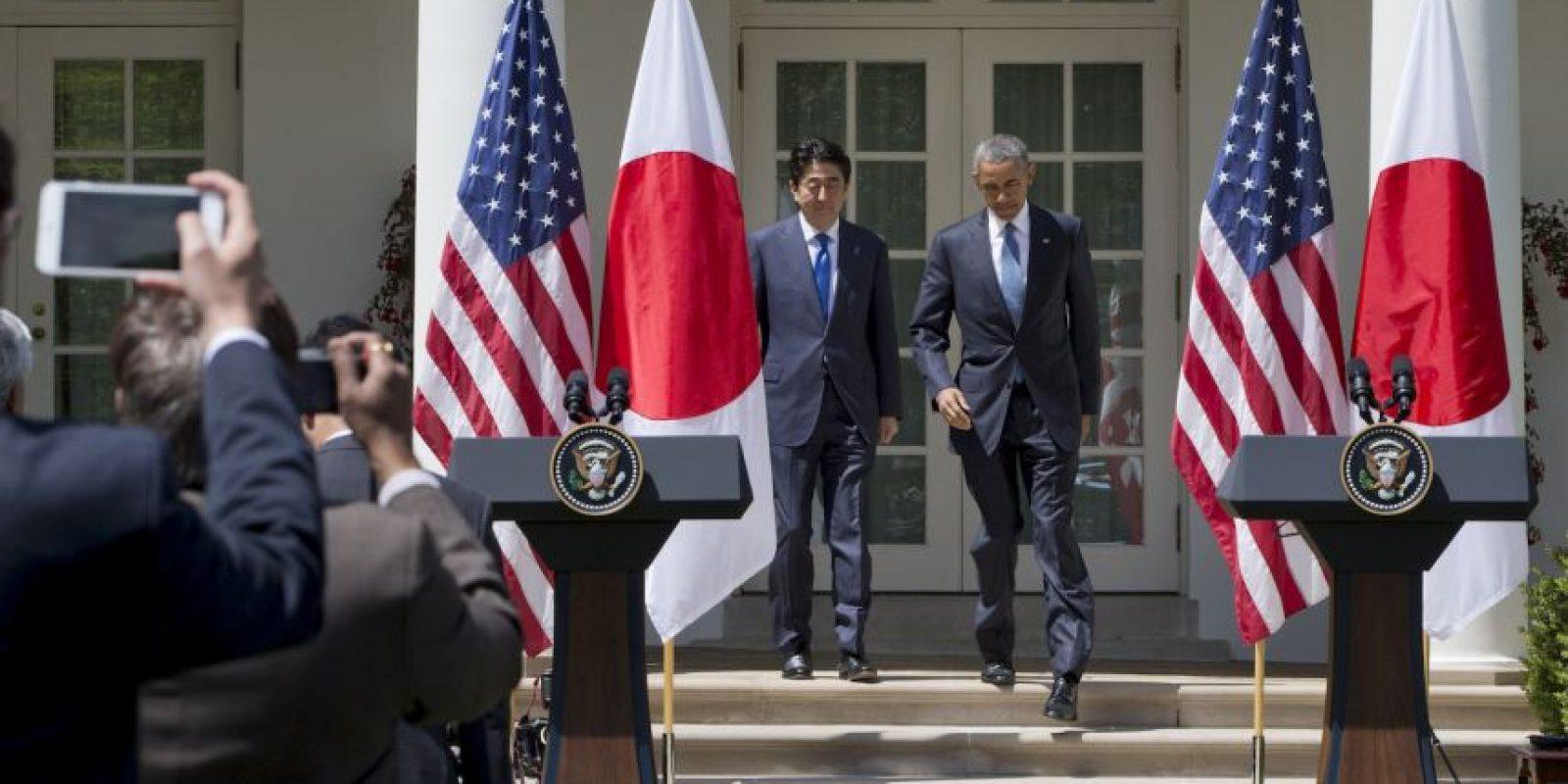 Por otra parte, también en conferencia de prensa el presidente Barack Obama, recibió hoy con honores militares en la Casa Blanca al primer ministro japonés, Shinzo Abe, quien realiza una visita de Estado al país y será agasajado esta noche con un cena de gala. Foto:AP