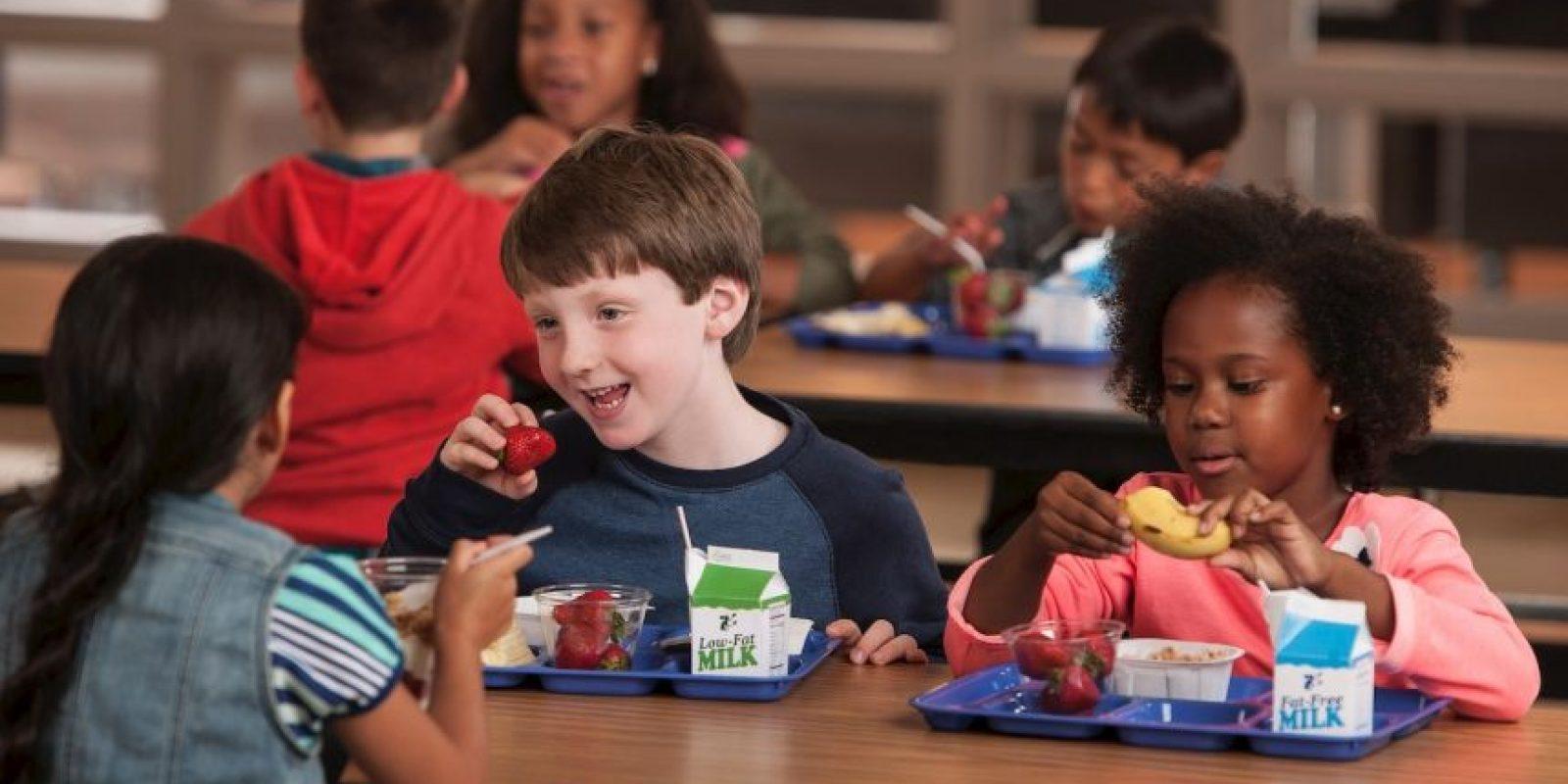 La primera fase consistió en colocar caritas felices verdes en los cuatro alimentos más nutritivos, incluyendo frutas, verduras, leche blanca descremada y un plato con granos enteros en la cafetería de la escuela. Foto:Creative Commons