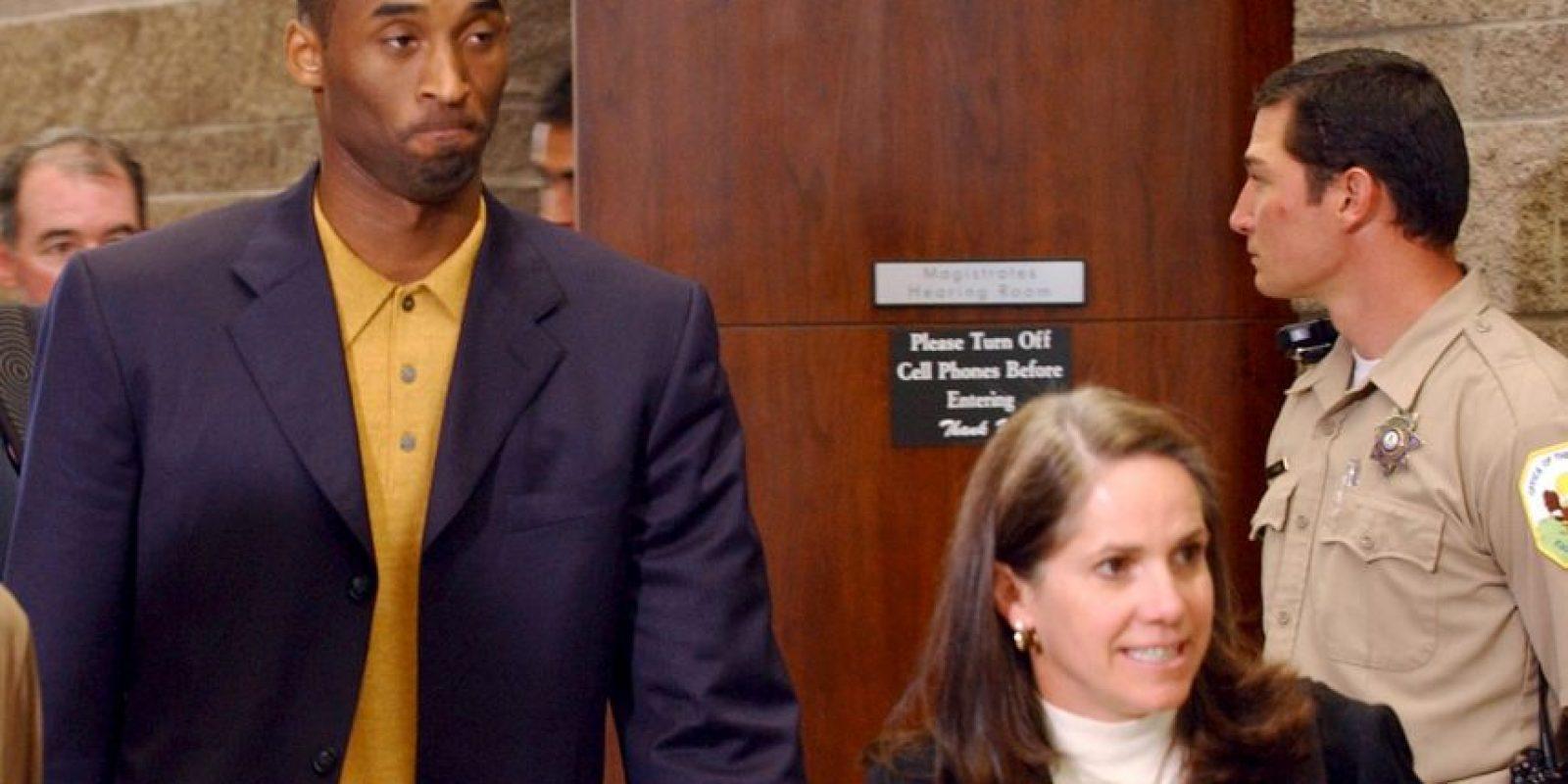 En 2003 fue detenido por una demanda de abuso sexual en su contra. Bryant fue acusado por Katelyn Faber, una empleada de hotel, de haberla forzado a tener relaciones sexuales. El jugador tuvo que pagar 25 mil dólares para salir libre bajo fianza. El proceso terminó cuando Bryant le pidió perdón a la víctima por en incidente y los cargos en su contra fueron retirados. Foto:Getty Images