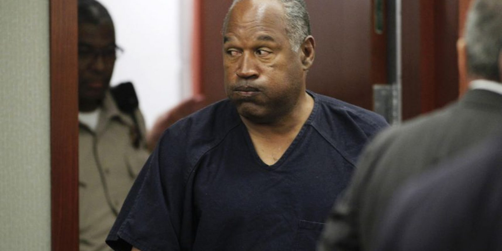 En 1994 su exesposa, Nicole Brown, fue encontrada muerta junto a su amigo, Ronald Goldman. El jugador fue acusado del asesinato de ambos, pero se salvó de ir a la cárcel tras uno de los juicios más mediáticos de la historia, aunque debió pagar 33.5 millones de dólares como indemnización. Foto:Getty Images