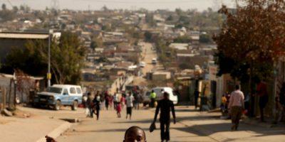 El Tribunal Constitucional estableció un Estado unitario, reconoce los derechos socioeconómicos, la paridad entre hombres y mujeres y limita el mandato presidencial a dos periodos de cinco años. Robert Mugabe, quien está en el poder desde 1987, se convirtió así en el primer presidente del país Foto:Getty Images