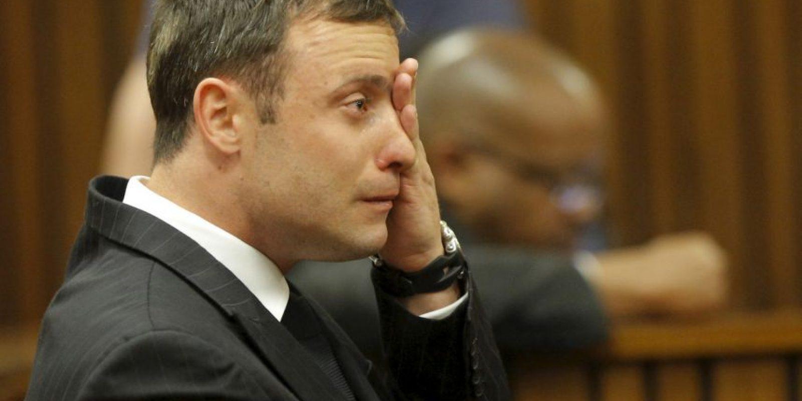 En febrero de 2013, Pistorius fue acusado de matar a su novia, Reeva Steenkamp, de cuatro disparos en su casa. Primero se manejó la versión de que el atleta habría disparado a la mujer tras confundirla con un ladrón, pero tras el juicio, se le encontró culpable de homicidio culposo y recibió una sentencia de cinco años de cárcel. Foto:Getty Images