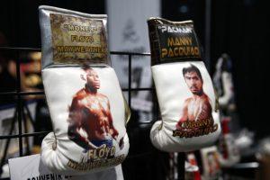 """Floyd Mayweather mandó a hacerse unos guantes especiales, que serán los que use en la """"Pelea del Siglo"""" ante Manny Pacquiao. Foto:Getty Images"""
