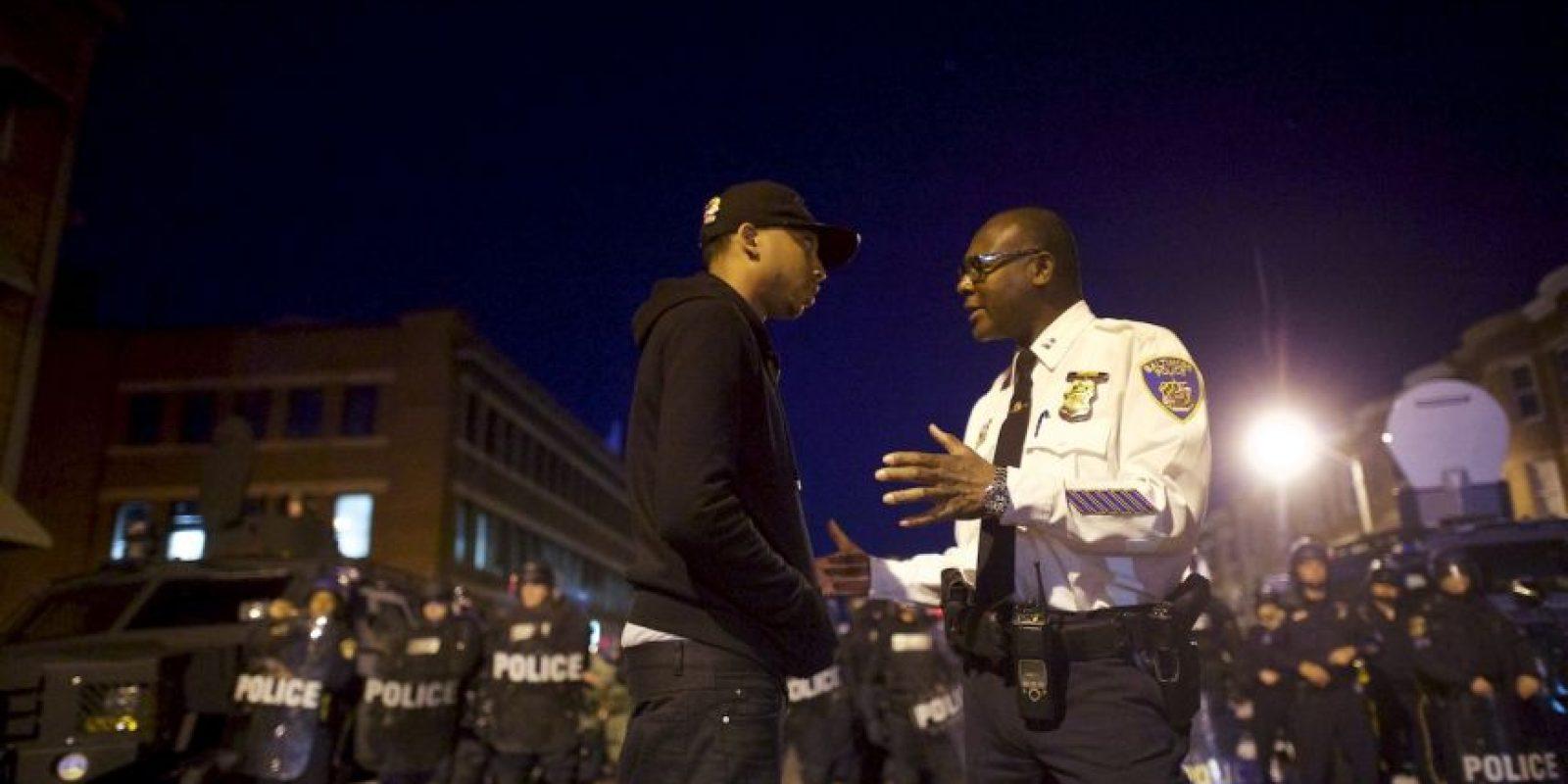 La policía comenzó a pedir a la gente que se retirara. Foto:Getty Images