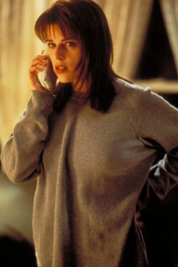 """Neve Campbell es """"Sidney Prescott"""", protagonista de toda la saga. En la primera parte se ve que su madre fue violada y asesinada por su novio, """"Billy Loomis"""", solo porque tuvo un romance con su padre. """"Sidney"""" es la eterna superviviente. Foto:vía Woods Entertainment"""