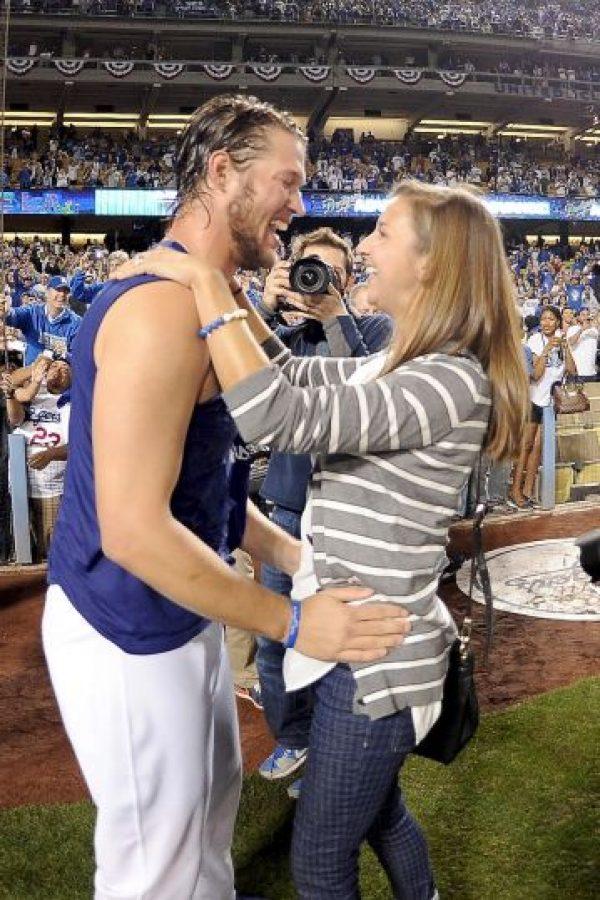 Sí, en el estadio de los Pirates de Pittsburg la propuesta matrimonial cuesta sólo 39 dolares, mientras que en la casa de Los Ángeles Dodgers sale en 2 mil 500 dólares, el precio más elevado de todos. Estos paquetes incluyen mensajes en las pantallas, transmisión en vivo de la petición, rosas y DVD's del momento. Foto:Getty Images