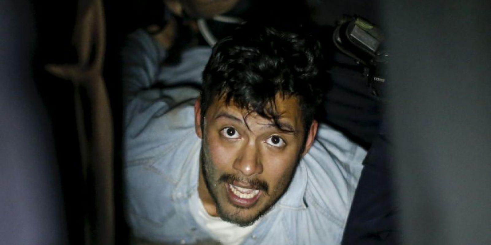 Los detenidos que eran llevados por agentes policiales Foto:Getty Images